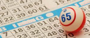 Bingokulan 65 som ligger på ett bingo papper