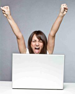 Kvinnan vinner jackpotten och skriker med armarna över huvudet